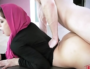 Nikki Chivalrous Nearby Horny Hijab Girl Unveils Their way Asshole